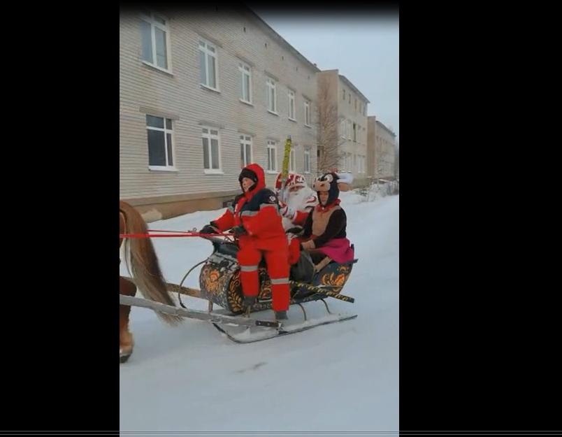 Дед Мороз приехал поздравлять детей